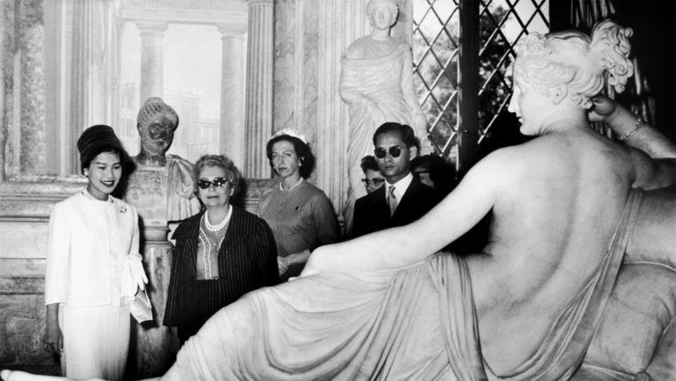 Antonio Canova's beeld van Pauline Borghese, hier in de Villa Borghese in Rome bewonderd door de Thaise koning Bhumibol en zijn vrouw in 1960. Beeld Getty Images