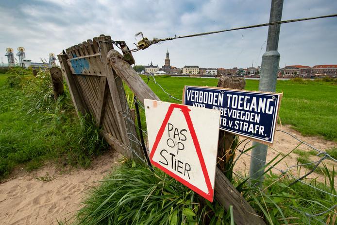 Waarschuwingsbord voor de stier bij het hek naar het strandje langs de IJssel in Kampen.