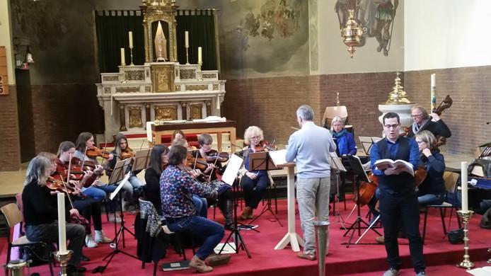 Repetitie met op de voorgrond tenor Erik Bomers.