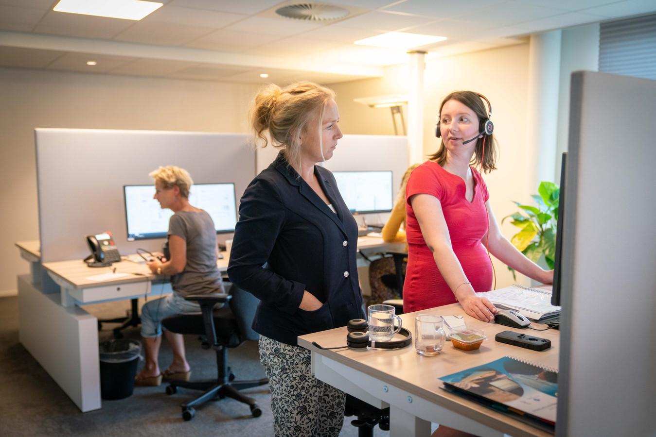 Regiearts Erna Lindhout (links) overlegt met Sanne van Wamel in de huisartsenpost in Arnhem-Zuid.
