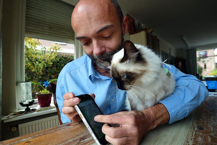 'U bent nu hier', wijst Dieder Timmers zijn kat Minja aan. Door zijn app is hij haar nooit meer kwijt.