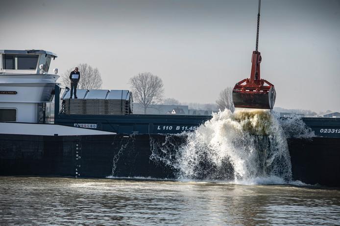 Het Schip Allegonda stort granuliet bij Over de Maas in  Alphen.