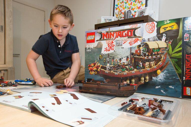 Vincent (5) mist zijn papa enorm, maar hij kan nu toch aan de slag met zijn droomcadeau: een grote Ninjagoboot.