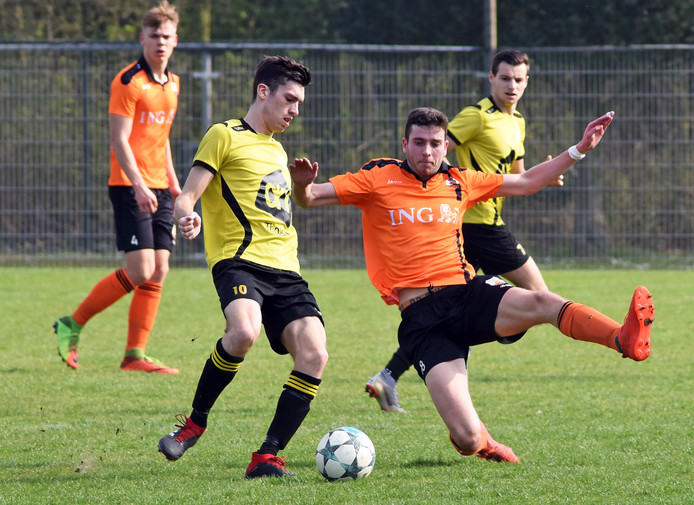 Archieffoto Tholense Boys (in het geel)