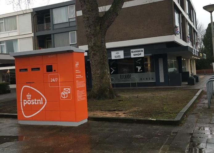 De feloranje pakket- en briefautomaat die recent is geplaatst op het Erasmusplein in Breda is de ondernemers een doorn in het oog.