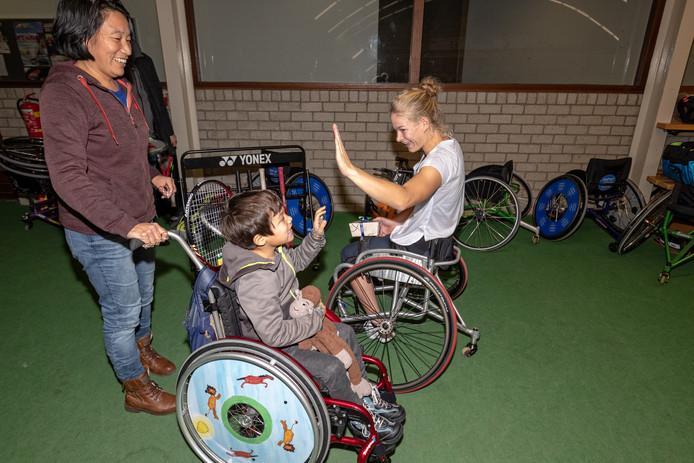 De Amersfoortse Tom de Boevere neemt het op tegen de wereldkampioen rolstoeltennis Diede de Groot.