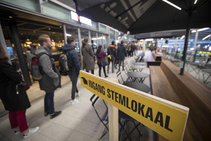 Vroege stemmers op station Utrecht Centraal.