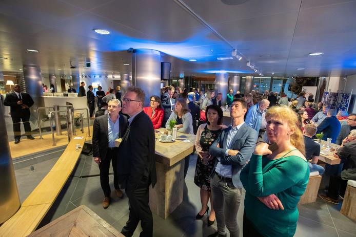 Gespannen gezichten in het provinciehuis in Lelystad. De verkiezingsavond werd afgesloten voordat de uitslagen van de grootste gemeenten Lelystad en Almere bekend waren.