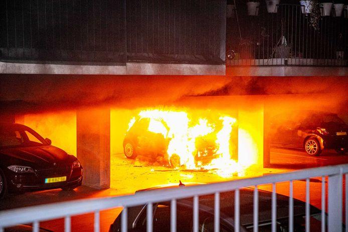 Een van de vele autobranden de laatste tijd in Arnhem.