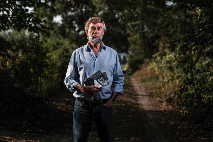 Peter Rutgers met dominee Sluiter boek op zandpad