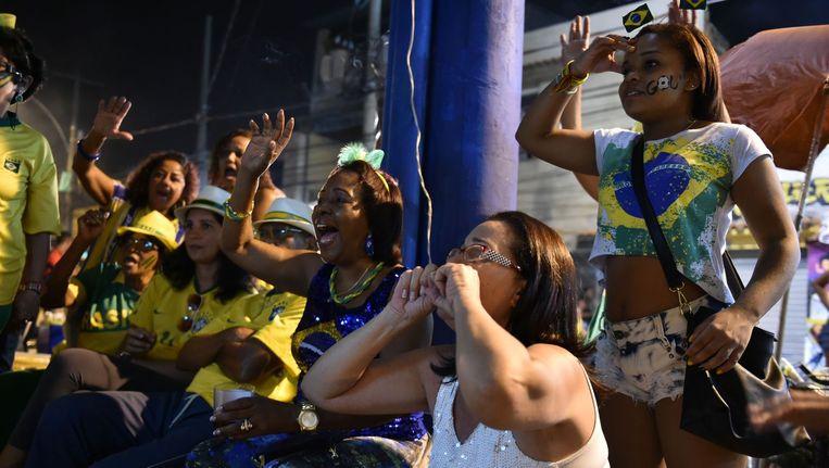 Braziliaanse voetbalfans kijken naar de wedstrijd tegen Colombia. Beeld afp