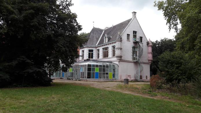 Kasteel d'Oultremont, dat de roze kleur kreeg toen het deel ging uitmaken van het Land van Ooit.