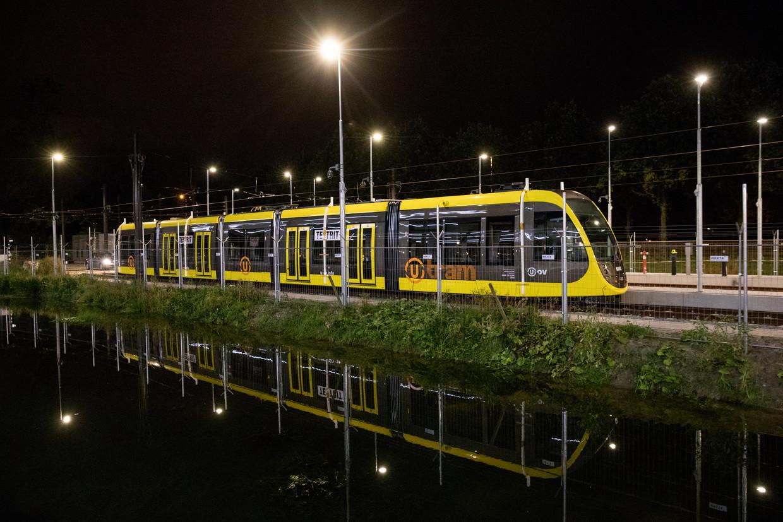 Een nieuwe tram die op de Uithoflijn moet gaan rijden, staat stil op het eindpunt op De Uithof in Utrecht.