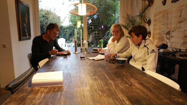 Jan Heemskerk, auteur van het boek The Dad, en zijn familie aan het ontbijt. Beeld Volkskrant