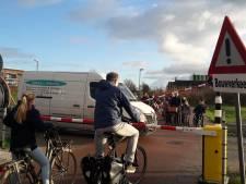 Fietspad in Houten beveiligd met spoorbomen, verkeerslichten en een bel. Voor... bouwverkeer!