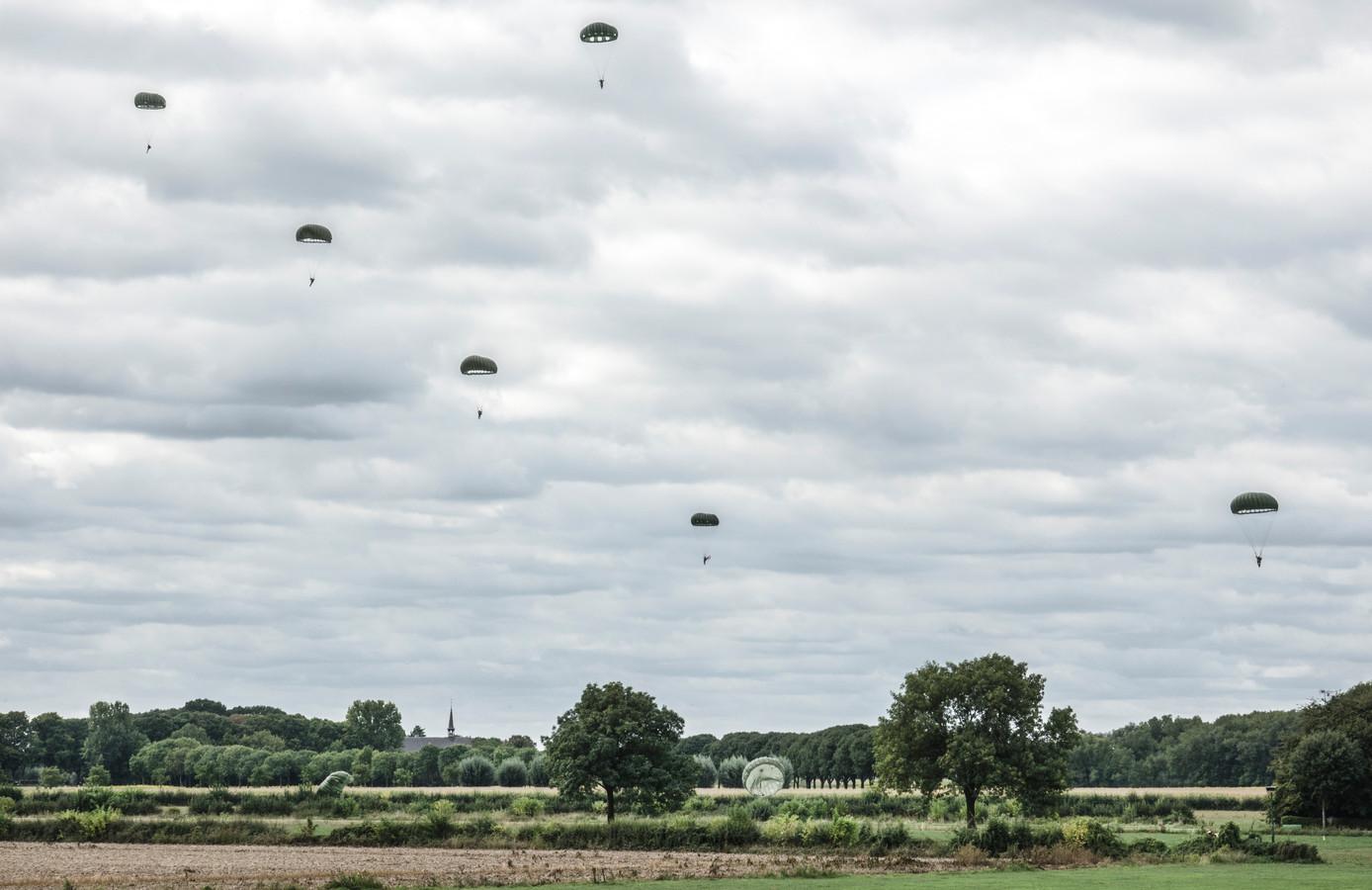 Parachutisten landen bij Grave. Ter herdenking van Market Garden nu 75 jaar geleden en de bevrijding.
