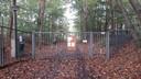 Het toegangshek naar de voormalige camping.