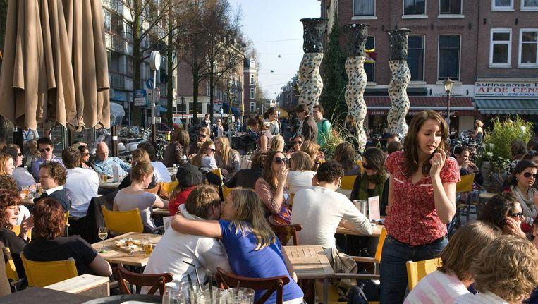 Een vol terras op het Gerard Douplein. Zodra de zon schijnt, zijn de terrassen in De Pijp overvol. Beeld Floris Lok
