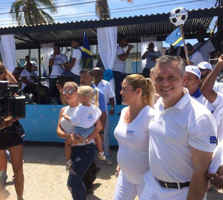 MFK-leider Gerrit Schotte en zijn vrouw gaan met een band en hun aanhang op weg naar het stembureau, woensdag tijdens de verkiezingen op Curaçao. Beeld Charlotte Huisman