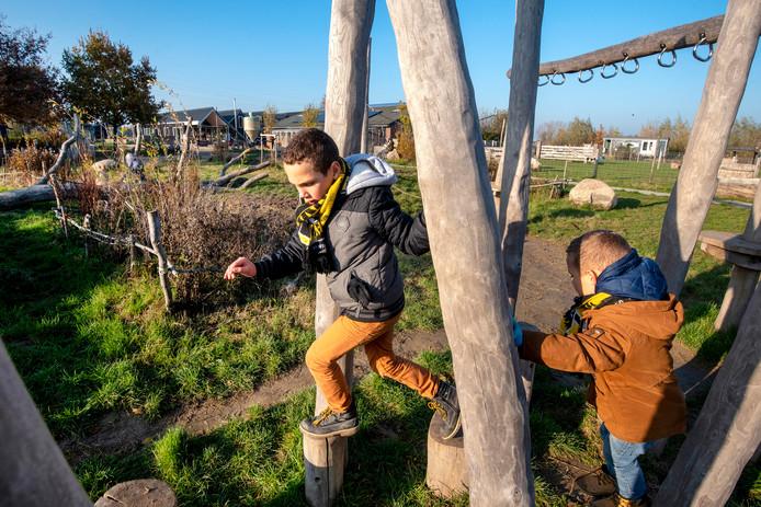 Broertjes Max Milan (7) en Liam (4) in natuurspeelplaats De Park in Elst.