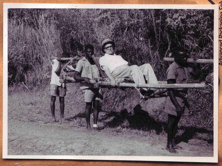 Archiefbeeld. Een Belgische ambtenaar laat zich dragen in Belgisch-Congo, circa 1950.