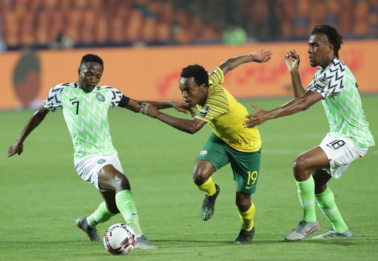 Percy Tau in duel met Arsenal-speler Alexander Iwobi op de Africa Cup
