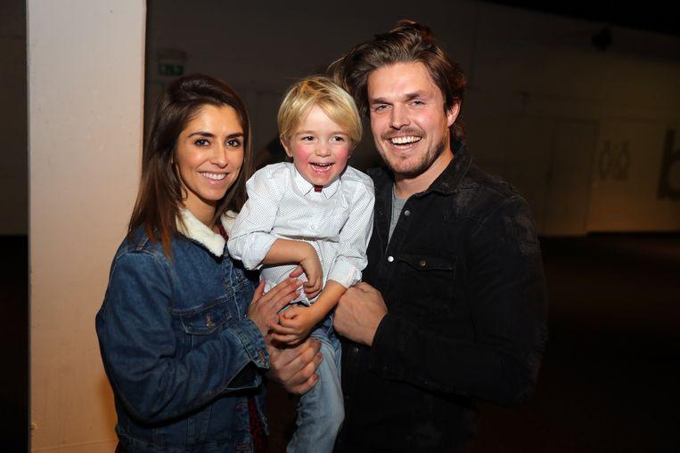 Kim Van Oncen en Niels De Jonck met hun zoontje Jack.