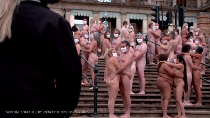 Meer dan 200 naakte mensen trotseren kou voor Spencer Tunick