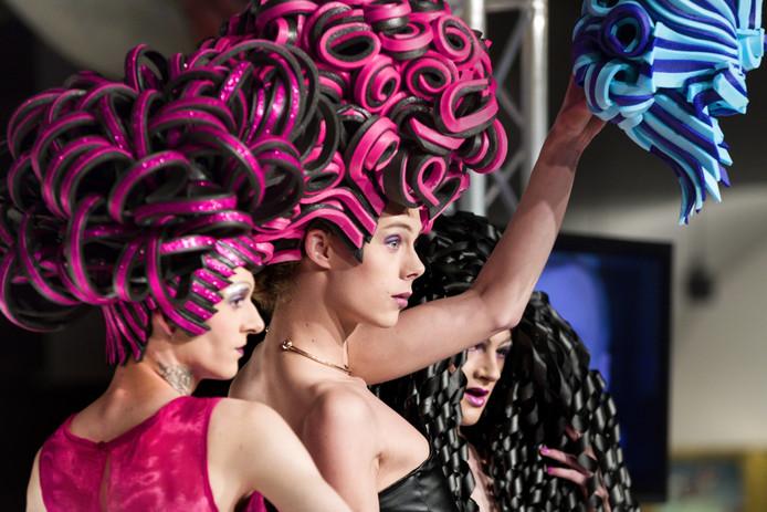 Dragqueens laten ontwerpen van Romano van Nuland zien tijdens de modeshow King's Fashion.