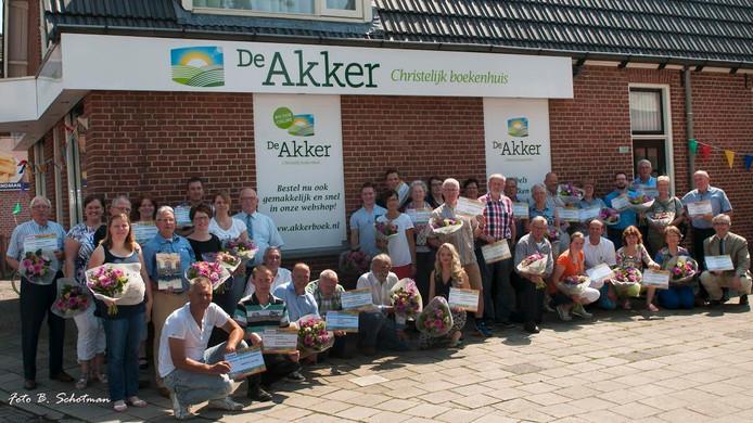 Vertegenwoordigers van diverse goede doelen ontvingen geld van stichting De Akker.