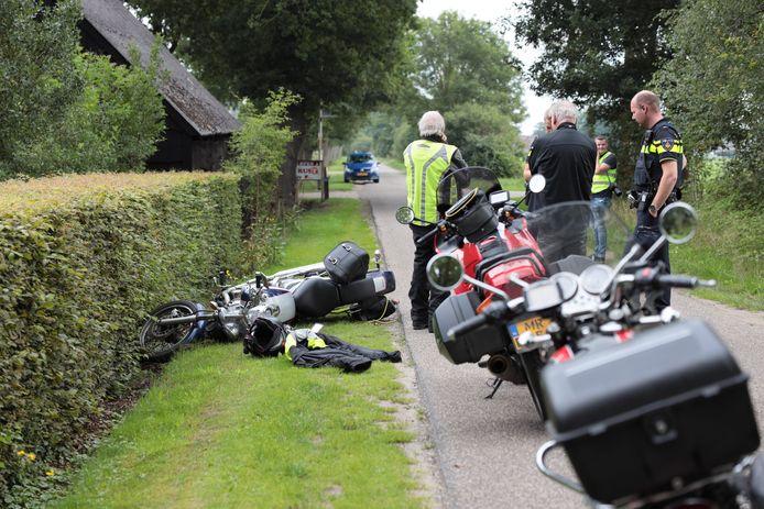De onderuitgeschoven motorrijder in Den Ham eindigde in de berm.