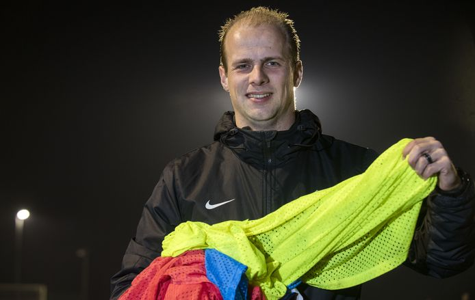 Trainer Dennis Teunissen speelde gelijk met zijn nieuwe club Hoeve Vooruit.