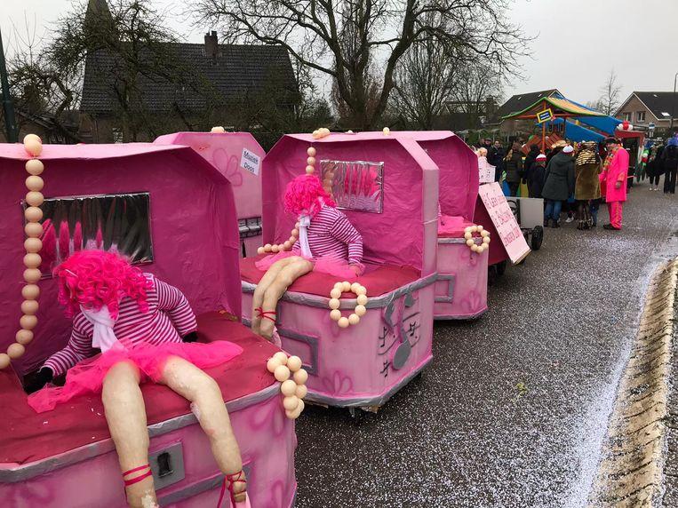 Deelnemers uit Vlijmen (Knotwilgendam) bij de optocht in Herpt (Maoskesdam). Beeld Carnavalsvereniging Knotwilgendam