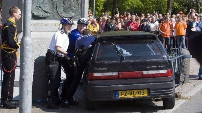 Een auto rijdt tijdens Koninginnedag met volle vaart door de mensenmassa heen. (ANP) Beeld