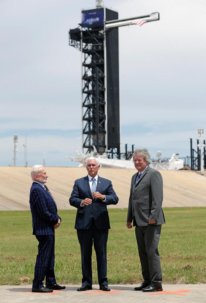 Apollo astronaut Buzz Aldrin zaterdag in Florida met vice-president Pence en Rick Armstrong, de zoon van eerste man op de maan Neil Armstrong.