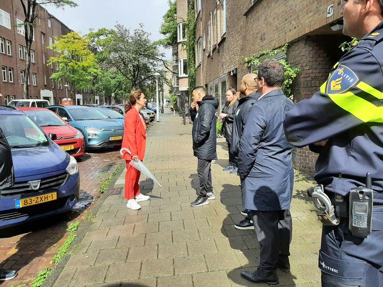 Burgemeester Halsema kwam de dag na de schietpartijen polshoogte nemen in de Vechtstraat en stelde cameratoezicht in. Beeld Hanneloes Pen