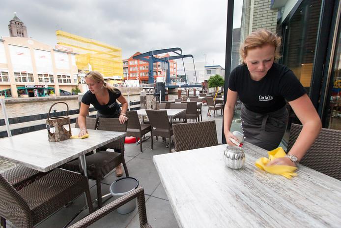 Carla's verhuisde van het Thorbeckeplein naar de Raadhuisstraat, waar het terras aan de Rijn heeft. Archieffoto
