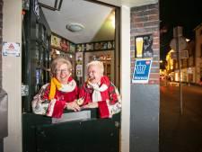 Zussen en dé twee portiers van een stadscafé in Oeteldonk: 'We voelen ons vooral gastvrouwen'
