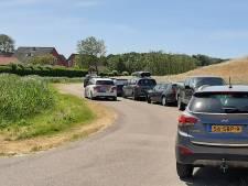 Onduidelijkheid rond afgesloten parkeerterreinen in Wemeldinge, politie bekeurt voorlopig niet