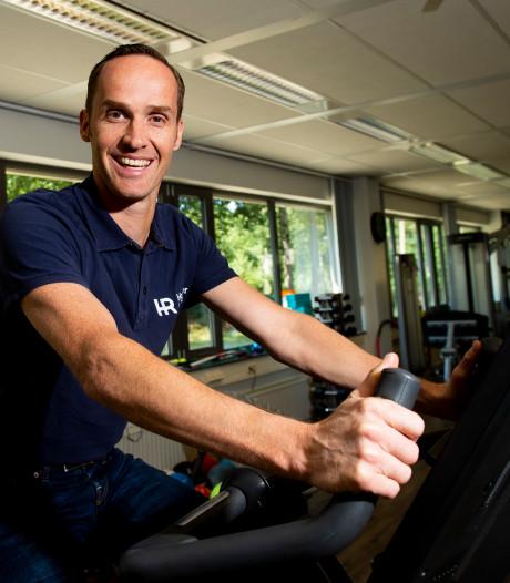 Fysiotherapeut Onno Houwer let op de WK-benen van mountainbikester Anne Terpstra