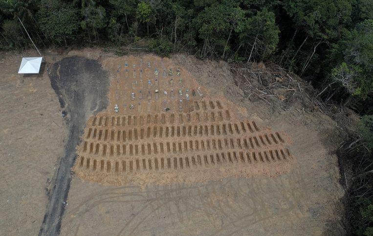 In de grootste stad in de Amazone, Manaus, zijn massagraven gegraven om de overledenen een laatste rustplaats te geven. Beeld AP