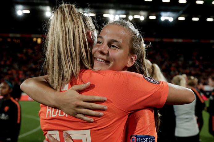 Oud-FC Twente-speelster Jill Roord feliciteert Lynn Wilms met de zege en haar debuut in het Nederlands elftal.