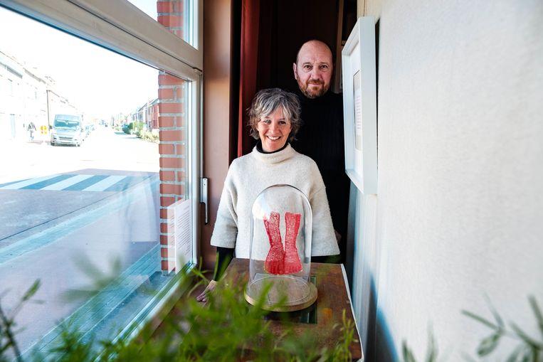 Magali Perbal en haar man Walter Geerts hadden normaal volgend weekend moeten tentoonstellen in het gemeentehuis van Schelle. Omdat dat is afgeblazen, stellen ze hun werken dan maar thuis tentoon, voor het vensterraam. Passanten worden uitgenodigd om binnen te kijken en krijgen daar één werk te zien. Iedere week wordt er een nieuw werk uitgestald.
