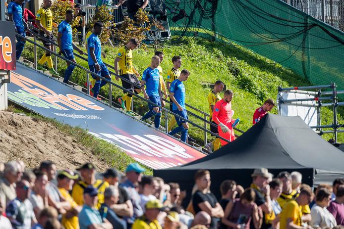 De spelers dalen de trap af voor VVV - PSV.