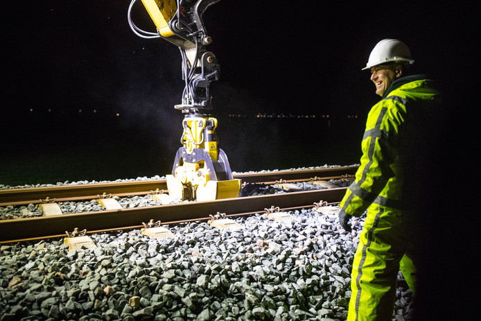 In de afgelopen weken is 's nachts onderzoek gedaan naar de stevigheid van de bodem onder de Kamperlijn.