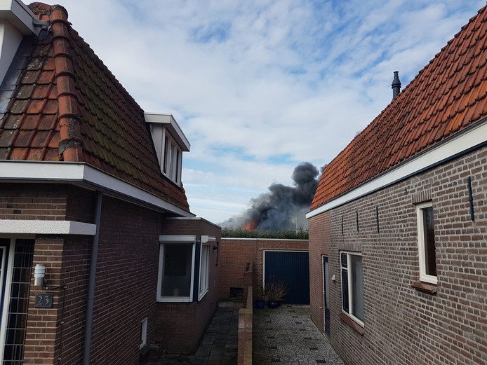 De brand woedt op een industrieterrein aan de Tilburgse weg in Sprang-Capelle.