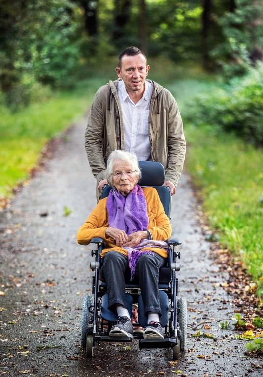 Laszlo Tomassen is het maatje van Anneke Malhieu (84) 'maar het voelt als vriendschap'