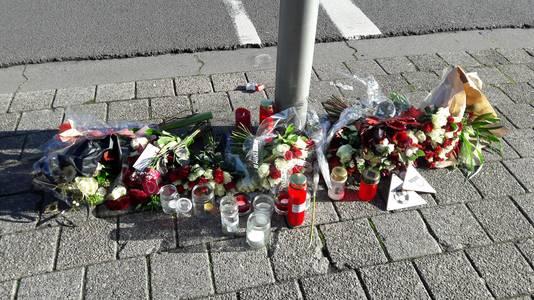 Bloemen liggen ter herinnering aan het overlijden van de doodgestoken Paul Pluijmert aan de Prinsenkade in Breda.