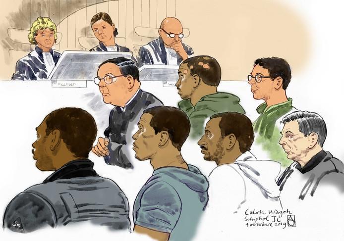 Kopstukken van motorclub Caloh Wagoh tijdens een zitting in de rechtbank van Schiphol.