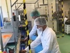 Afstand houden, dat lukt in Tilburg ook aan de productielijn van bitterballen